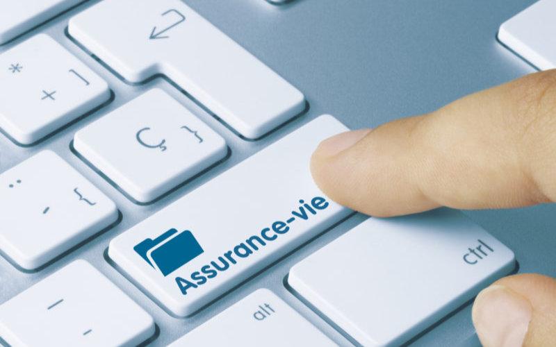 photo d'un doigt appuyant sur un bouton assurance-vie